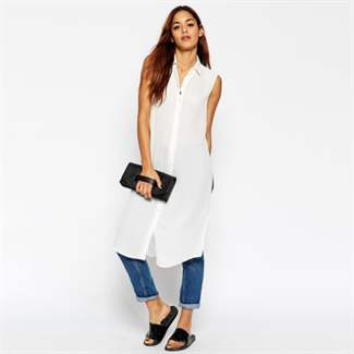 белое платье-рубашка с джинсами