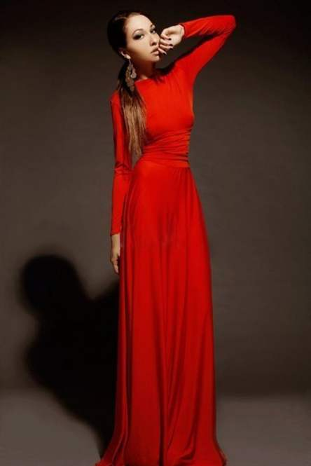 Длинное красное платье в пол с длинным рукавом