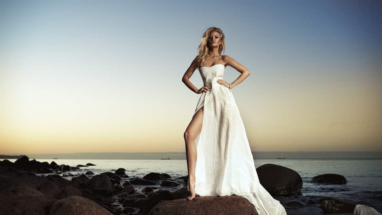 Белое платье с какими колготками носить