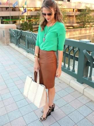 С чем носить коричневую юбку расклешенную