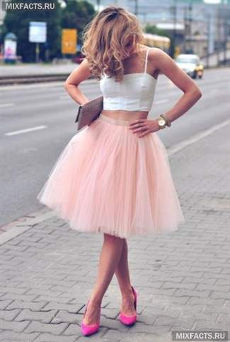 Нежная девушка в розовой мини юбке