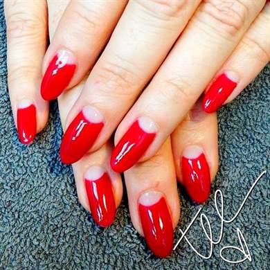 Ногти красный с лункой