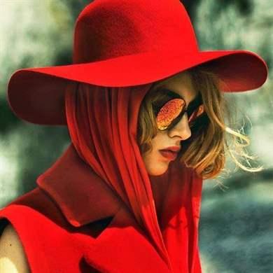Романтичный образ дамы в шляпке в работах lorraine dell wood