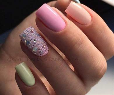 Рисунок на нарощенных ногтях острой формы