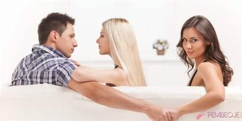 muzh-lyubit-smotret-na-trah-zheni-porno