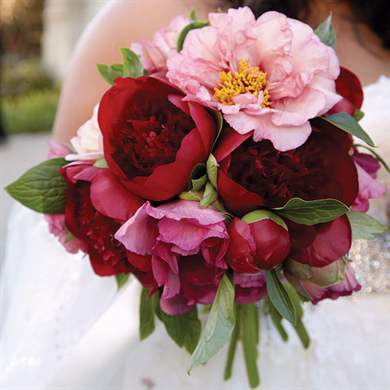 Красный свадебный букет: тренды флористики в фото