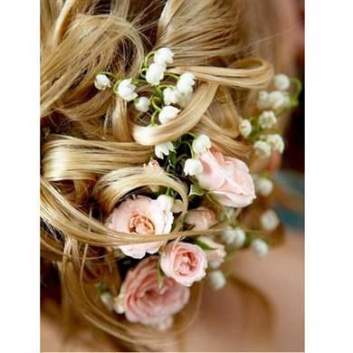 прическа живым цветком волосах