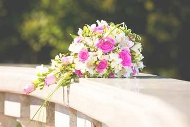Каскадный букет невесты с оформлением из атласных лент