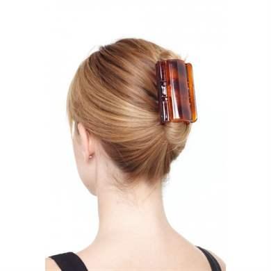 Например, если, конечно, позволяет длина волос, можно зафиксировать хвостик на макушке и свернуть каждую прядку в виде колечка.