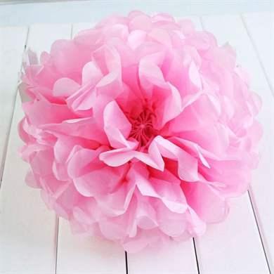 Бумажная роза – способ №1: все ту же многослойную салфетку необходимо полностью развернуть и разрезать на продольные полоски размером от 3 до 5 сантиметров.