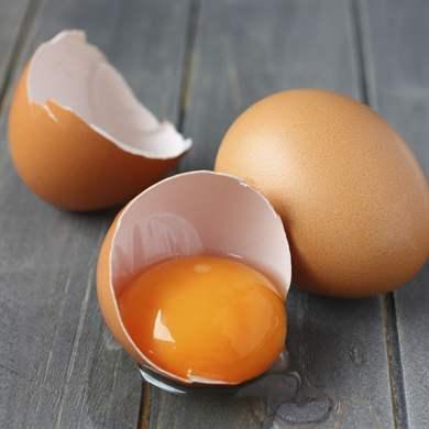 Видеть разбитые свежие яйца - знак того, что судьба готова щедро одарить вас.