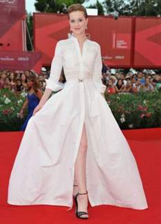 487743d9d26 Какой же романтичный и легкий образ удалось создать исключительно с помощью  одного лишь платья!