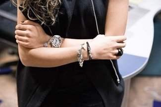 как носить браслеты пандора на правой или на левой руке